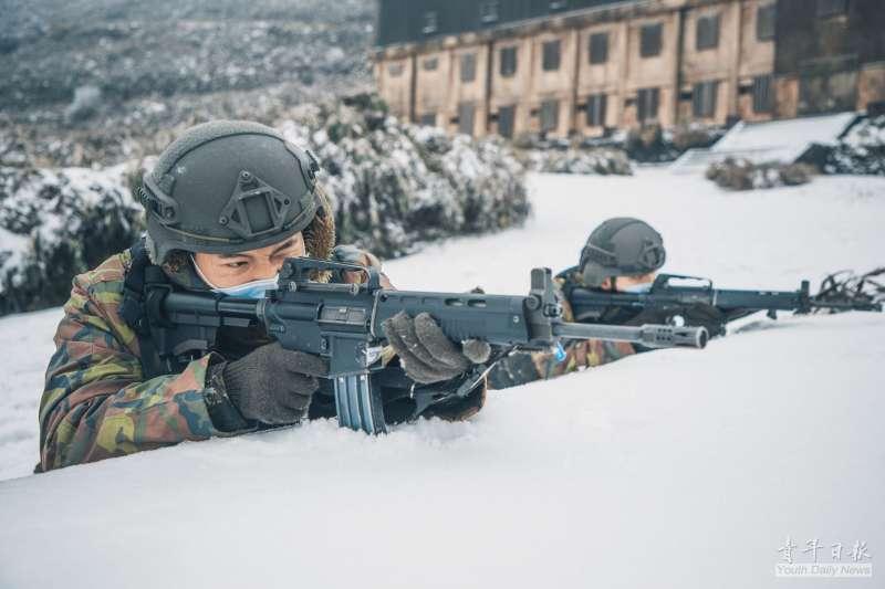 20210114-海、空軍高山雷達站地勢高、位置偏遠,營區終年壟罩在低溫等雲霧繚繞中,生活機能不便,卻是國軍24小時對周邊海空域動態的耳目,亦擁有獨立警衛部隊。近期寒流來襲,軍媒即發布一批高山雷達站官兵的雪地戰備照。(取自青年日報)