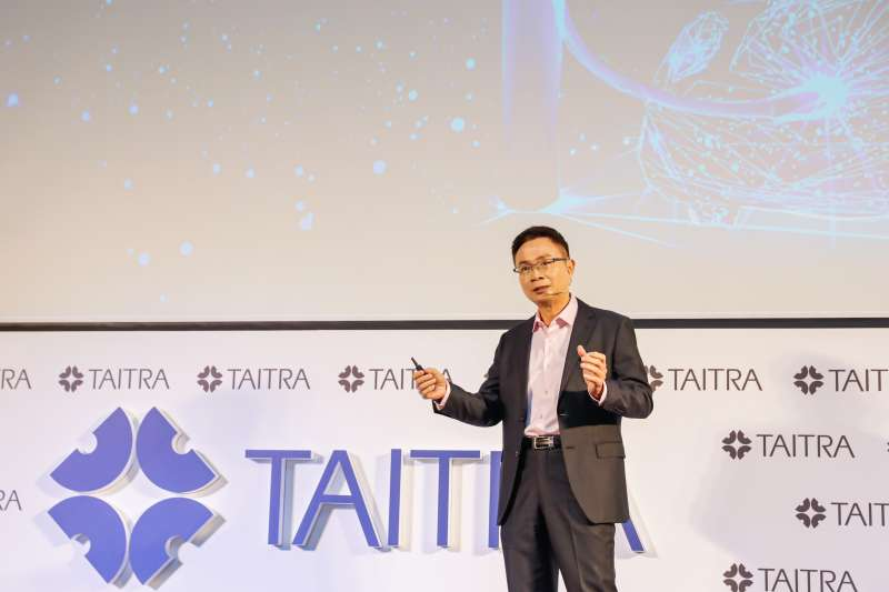 外貿協會董事長黃志芳於今(14)日記者會中說明外貿協會2021年度工作重點。(外貿協會提供)