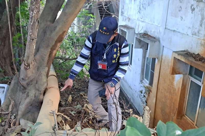 環境稽查重案組查獲泰山塑膠工廠,因管線破裂導致帶有泥沙之廢水滲出致污染多處地面。(圖/新北市環保局提供)