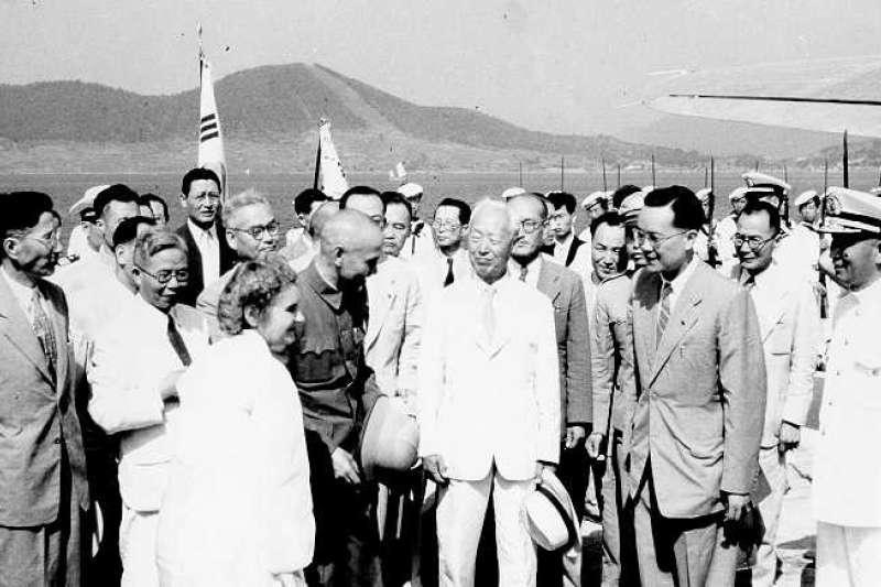 1949年8月,蔣中正訪問南韓,並與李承晚在鎮海展開會談。當時李承晚還對剛剛敗給共產黨的蔣中正語帶不屑,可沒想到他在南韓卻沒有辦法如蔣中正一樣總統當到最後。(作者許劍虹提供)