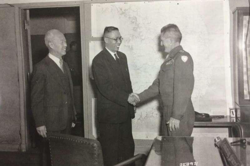 李承晚與金九一起拜會霍奇將軍,從這張照片來看,美軍在佔領南朝鮮之初其實是與「抗日派」關係比較好的。(作者許劍虹提供)