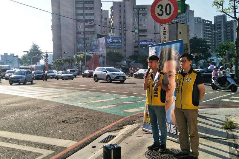 羅岳峰(左起)參選議員時,當時還是綠黨候選人的王浩宇曾一同在街頭短講。(資料照,取自羅岳峰臉書)