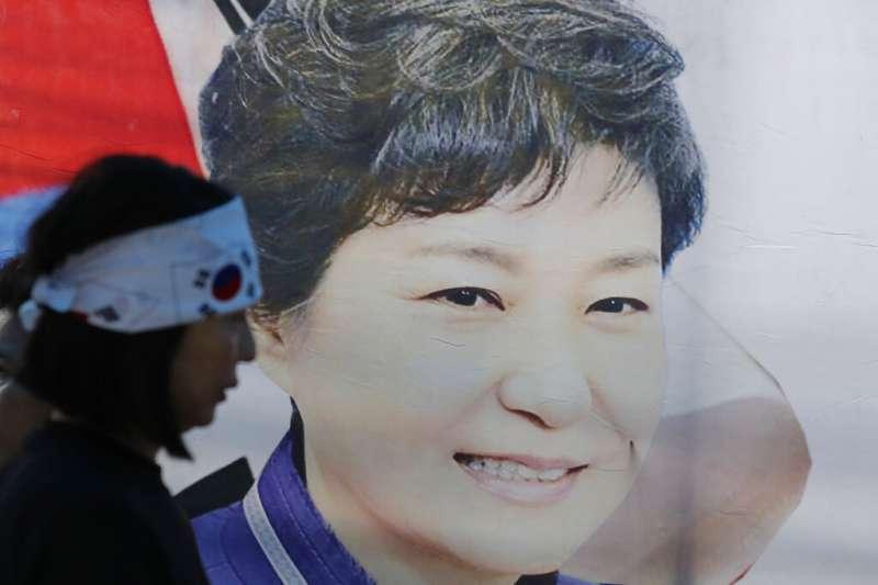 一位朴槿惠的支持者在南韓大法院附近抗議,認為這位南韓的前總統深受委屈。(美聯社)