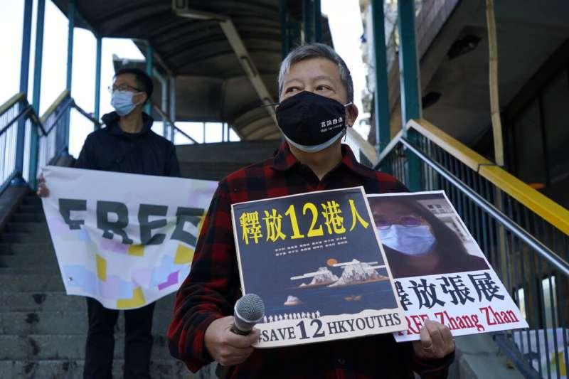 香港民眾在街頭聲援遭中國逮捕的12港人。(美聯社)