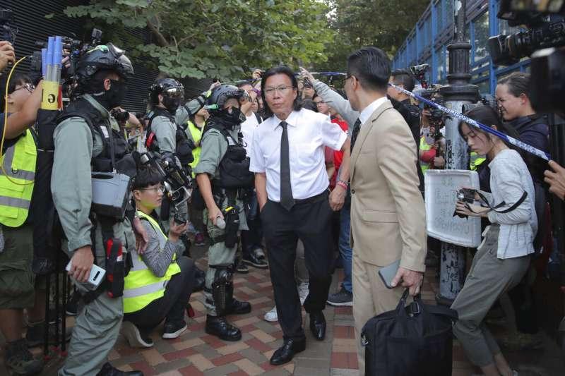 香港律師兼九龍城區區議員黃國桐14日一早被警方帶走。(美聯社)