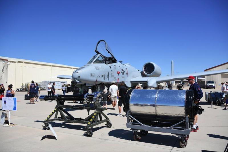 A-10攻擊機為戴維斯·蒙森空軍基地的代表機種,其前方還可以看到GAU-8復仇者30mm機砲,是A-10的標準武器配備。(許劍虹攝)