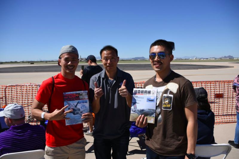在路克空軍基地受訓的中華民國空軍F-16飛行員,也專程到戴維斯·蒙森空軍基地欣賞A-10表演。(許劍虹攝)