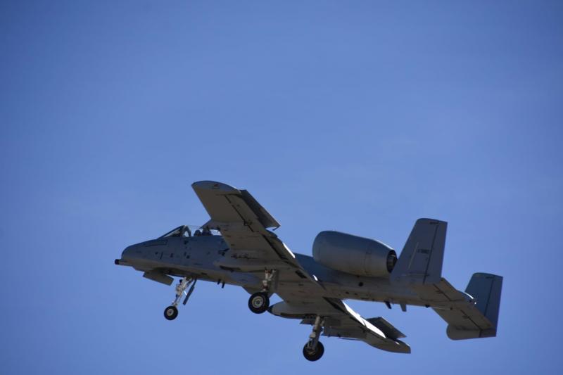 A-10雖然已經是老飛機,美國空軍也準備以F-35A取而代之,可是因為被A-10救過的美軍太多了,要求讓A-10繼續服役的聲音在美國也很大,已故的「自由中國之友」,亞利桑那州參議員馬侃(John McCain)就是A-10在政壇中最大的支持者。(許劍虹攝)