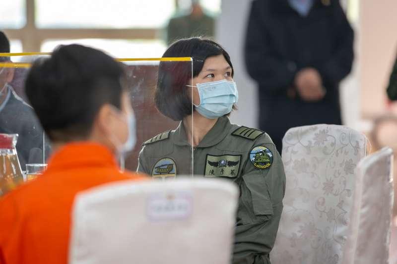 20210115-國軍首位CH-47SD運輸直升機女飛官陳彥蓁上尉。(取自總統府Flick)