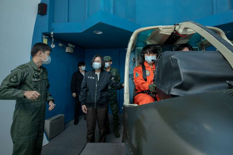 總統蔡英文15日南下視導國軍部隊,圖為蔡英文查看TH-67直升機模擬器操作。(取自總統府Flick)