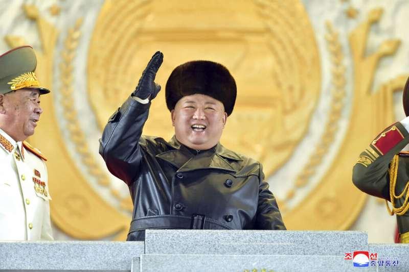 北韓1月14號傍晚舉行盛大閱兵,慶祝朝鮮勞動黨第八次全國代表大會閉幕,金正恩開心出席。(AP)