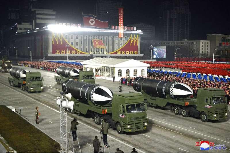 北韓1月14號傍晚舉行盛大閱兵,慶祝朝鮮勞動黨第八次全國代表大會閉幕,展示飛彈。(AP)