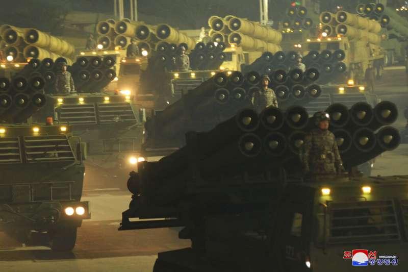 北韓1月14號傍晚舉行盛大閱兵,慶祝朝鮮勞動黨第八次全國代表大會閉幕。(AP)