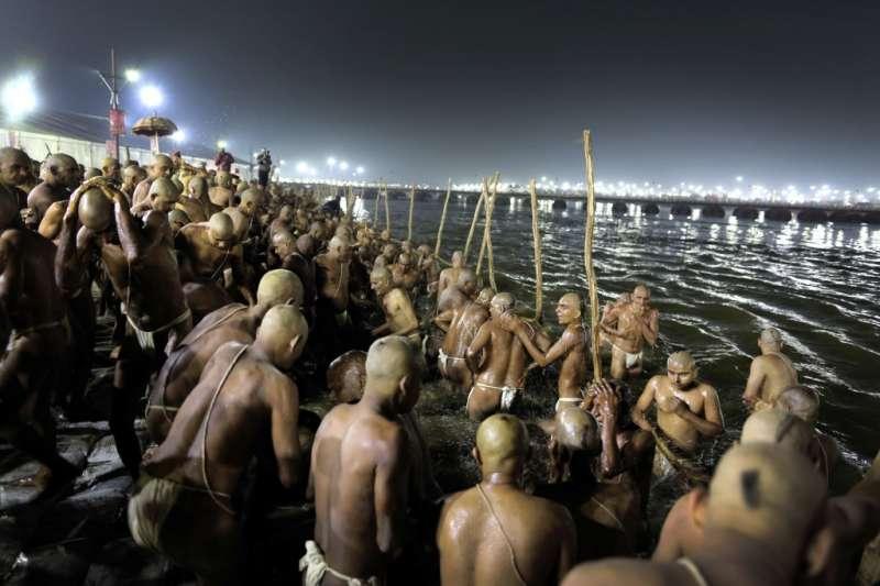 印度教信徒在宗教慶典「大壺節」中齊聚恆河邊的盛況。(美聯社資料照)