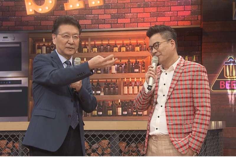 資深媒體人趙少康(左)即將主持新節目,在開播前先與藝人沈玉琳(右)拍攝一段談話影片宣傳。(TVBS提供)
