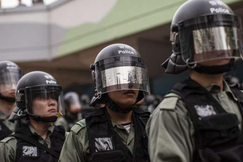 許多參加處理香港示威的警員個人資料被公開,部份警員在示威現場遮掩面孔,以免被人認出。(BBC中文網/Getty Images)