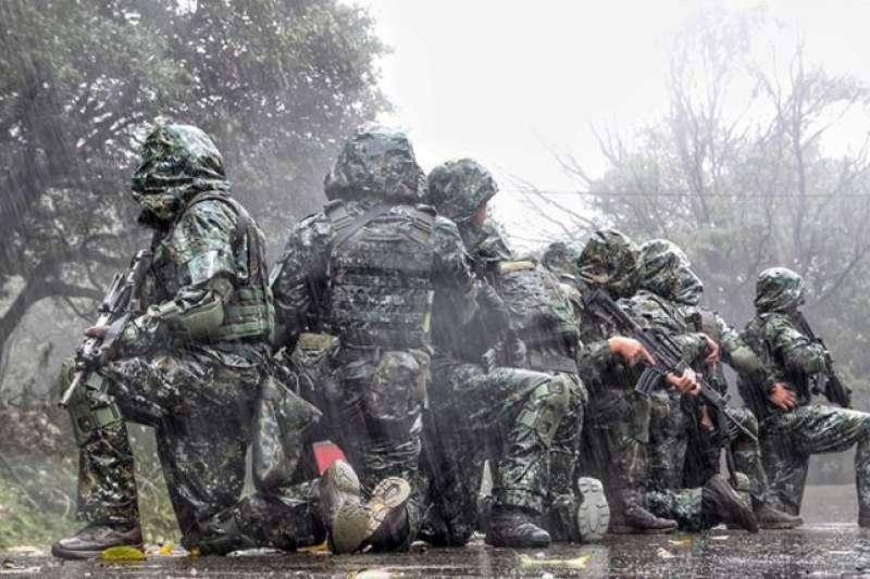 20210116-位於陽明山國家風景區內的特指部「八煙營區」在雨中進行訓練。(取自青年日報)