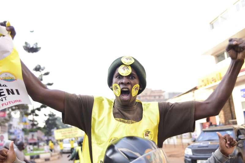 2021年烏干達總統大選,穆塞韋尼(Yoweri Museveni)總統的支持者慶賀他當選(AP)