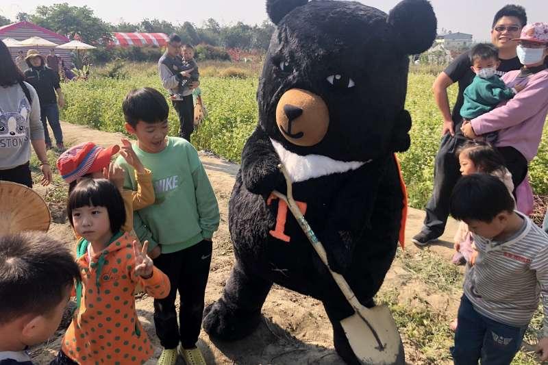 「迴遊・阿罩霧」假日觀光巡迴巴士於16日展開免費試營運。台灣觀光代言人喔熊組長驚喜現身並且跟民眾同遊霧峰。(圖/參山國家風景區管理處)