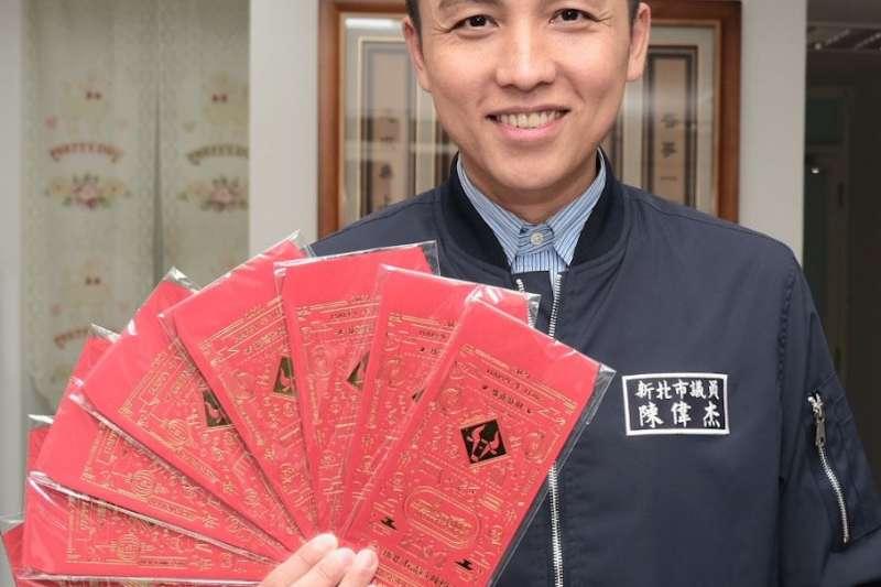 新北市議員陳偉杰客製化「金感謝」牛年紅包袋一推出,大批民眾爭相索取。(圖/新北市議員陳偉杰提供)