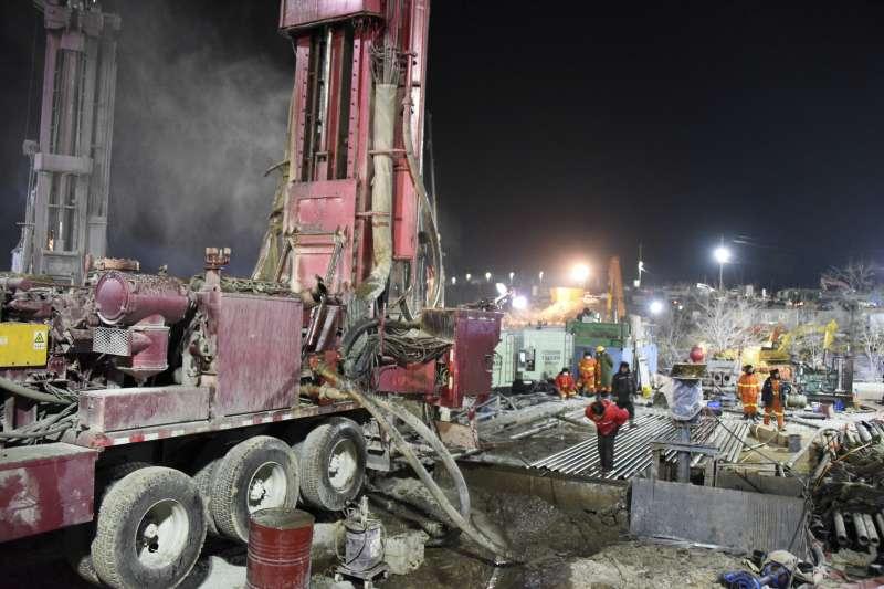 中國礦災:山東省笏山金礦發生坍方事件,22名礦工被困在礦井下。(AP)