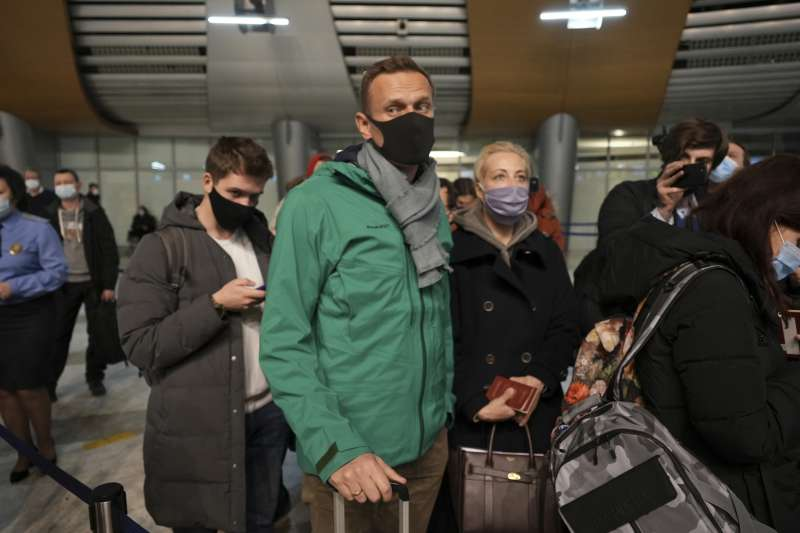 2021年1月17日,俄羅斯反對黨領導人納瓦爾尼(Alexei Navalny)與妻子尤利婭(Yulia)返抵國門(AP)