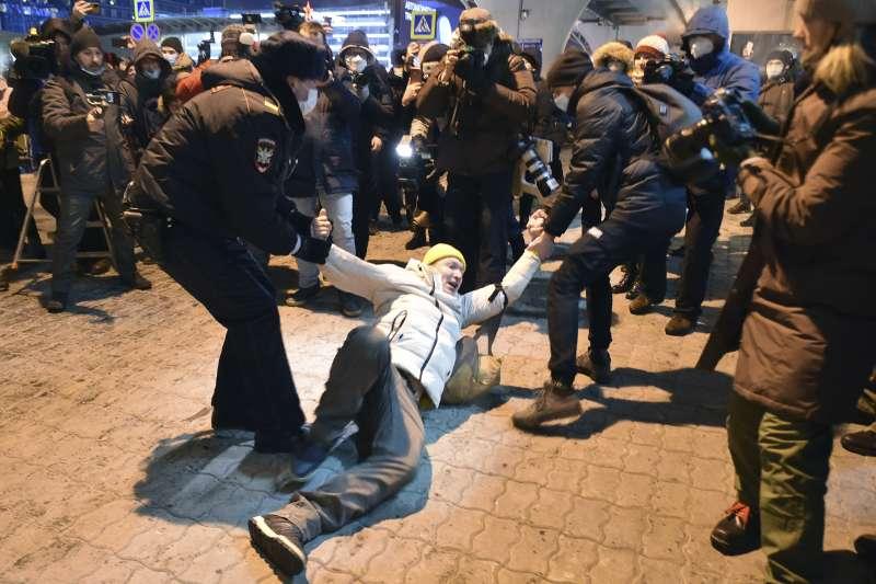 2021年1月17日,俄羅斯反對黨領導人納瓦爾尼(Alexei Navalny)的支持者在機場接機時遭到逮捕(AP)