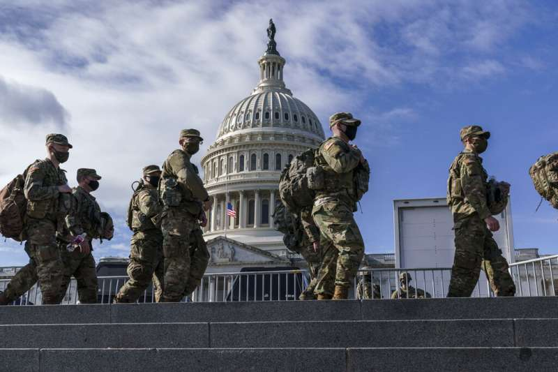 隨著2021美國總統就職典禮逼近,國民兵也在華府加強警戒,避免再次發生類似衝擊國會山莊的事件。(美聯社)