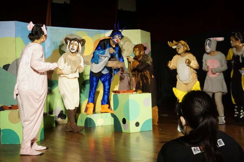 秋野芒劇團本次巡演的劇碼是《動物勳章》,整齣戲從「吃」出發,延伸到對生存的意義與想像(秋野芒劇團)