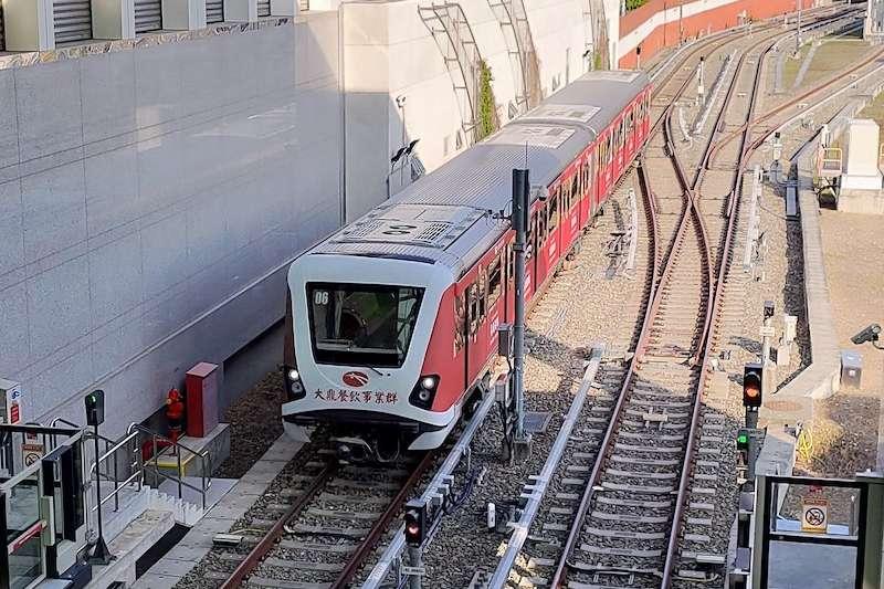 中捷首列列車14日上正線測試,全部18列車預計2:2完成裝設改善後軸心、2月9日前完成正線測試。(圖/台中市政府提供)
