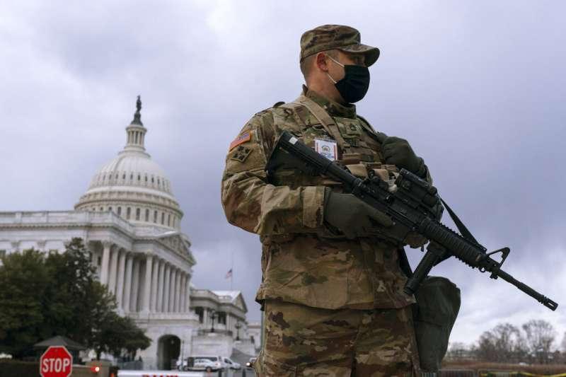 在國會大廈前維安的國民兵。(美聯社)