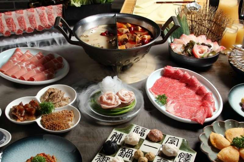 冬天就是要吃麻辣鍋!跟親朋好友一起吃麻辣鍋,不只是為了美味,更是為了感受熱鬧氣氛。(圖/網路溫度計提供)