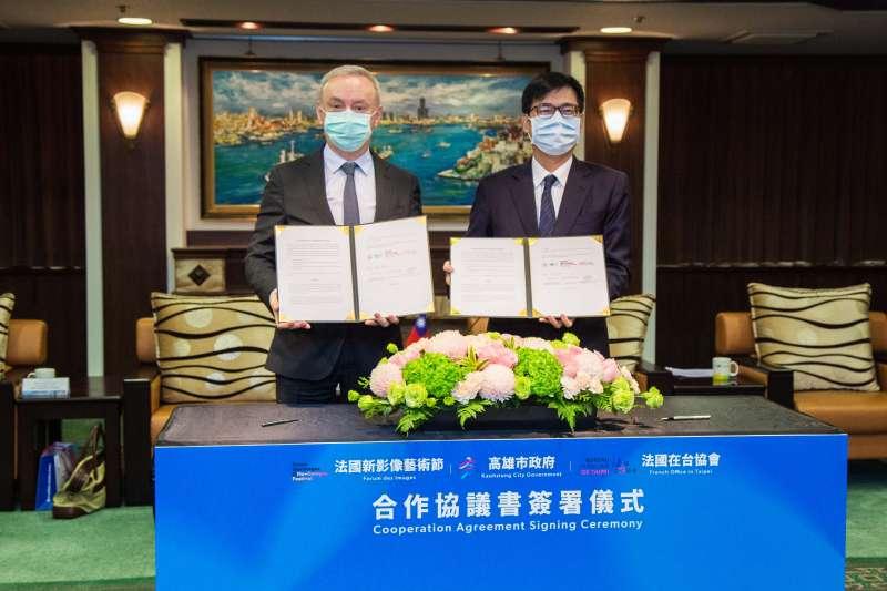 法國在台協會公孫孟主任(左)與陳其邁市長(右)雙方持約本合影。(圖/高雄文化局提供)