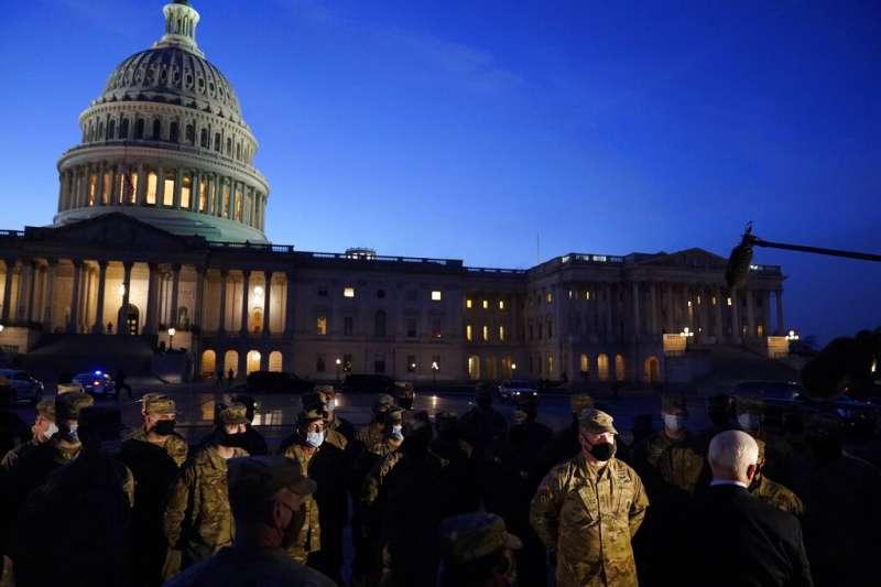 美國副總統彭斯視察在國會大廈外執行維安任務的國民兵。(美聯社)