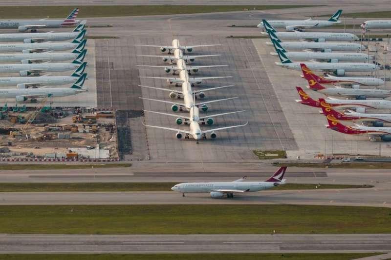 香港國際機場停機坪上的閒置客機。(BBC中文網)