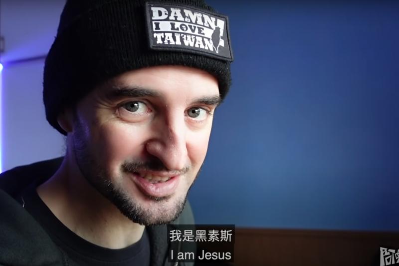 YouTuber頻道「阿兜仔不教美語」的黑素斯,來自西班牙、在台灣生活了許多年,不久前,在YouTube頻道分享了對台灣人日常習慣的想法。(圖/截自阿兜仔不教美語@YouTube)