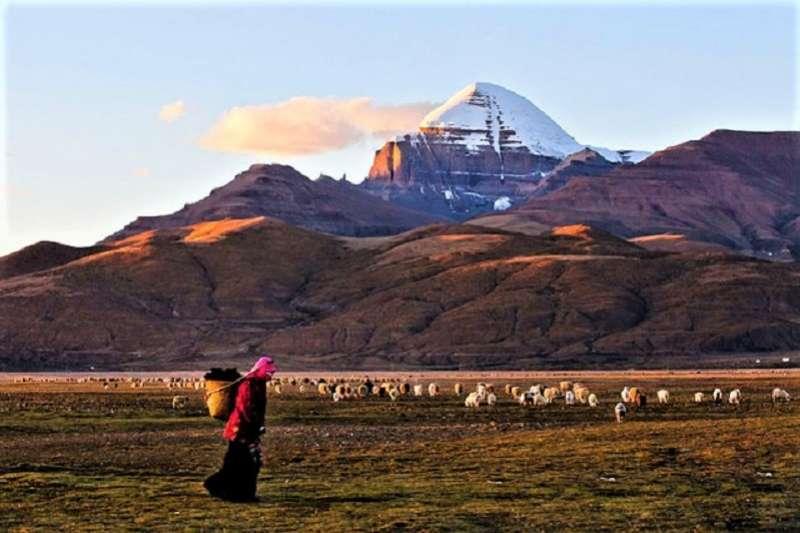 岡仁波齊山是中國岡底斯山脈的主峰,每年都有很多人前來轉山。(札西得勒旅遊網)