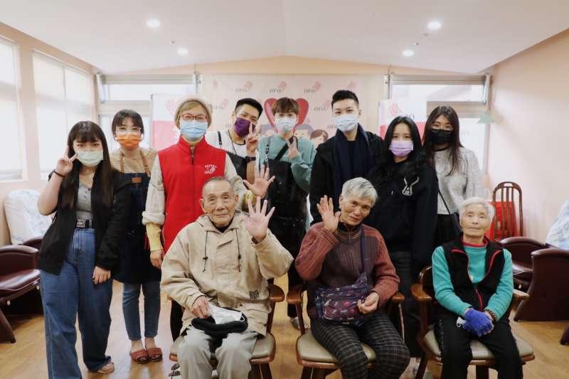 新型募資平台「樂趣捐」日前攜手品牌Haru Hair探訪老五老基金會石碇服務中心,進行暖心義剪。(圖/樂趣捐提供)
