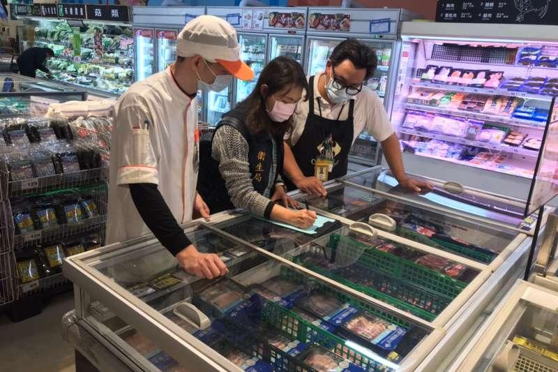 衛生局於賣場抽驗生鮮產品。(圖/高雄衛生局提供)