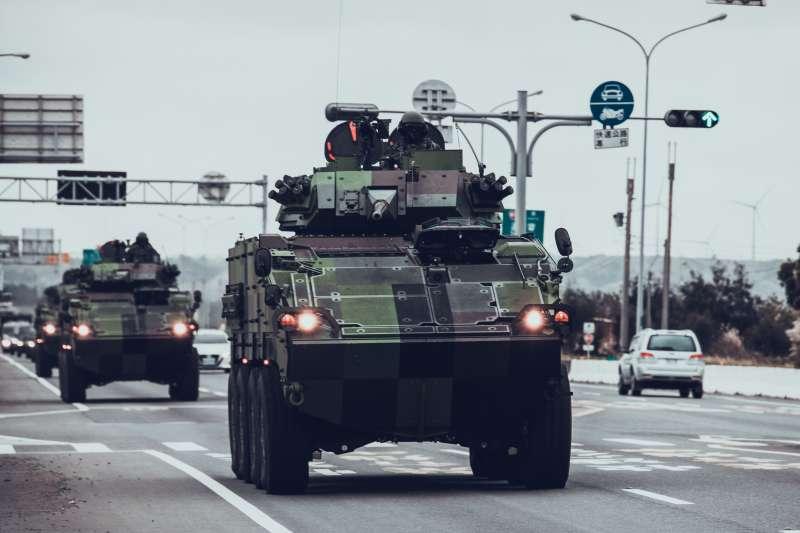 陸軍六軍團裝甲584旅接裝CM34 30機砲戰鬥車,以自力機動方式返回營區。(陸軍六軍團提供)