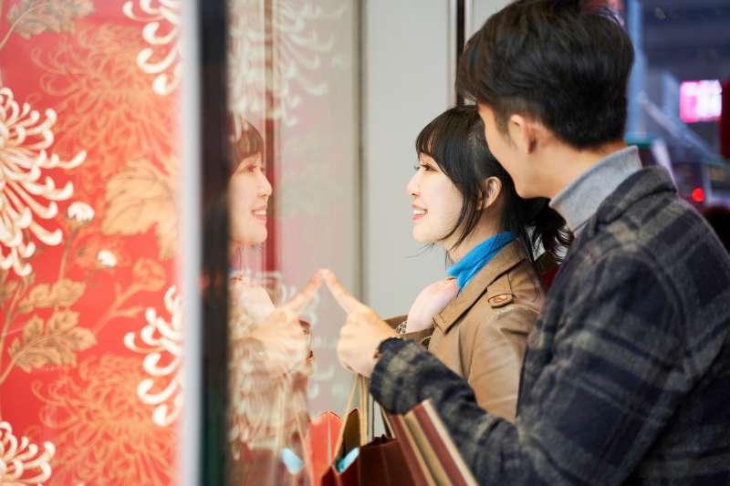 刷花旗銀行現金回饋PLUS鈦金卡,讓你在春節期間消費,享有滿滿回饋(圖片來源:shutterstock)