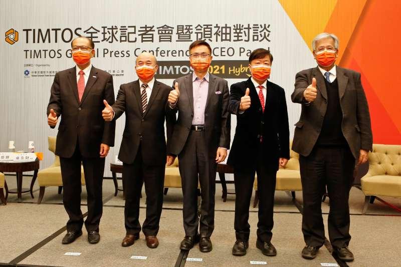 上銀卓永財總裁(左一)、機械公會柯拔希理事長(左二)、外貿協會董事長(中)、友嘉朱志洋總裁(右二)與金豐張於證董事長(右一)出席TIMTOS全球記者會暨領袖對談。(圖/外貿協會提供)