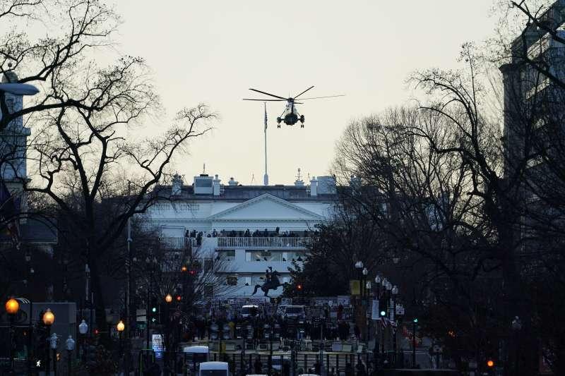 1月20日,陸戰隊一號載著川普與梅蘭妮亞離開白宮(美聯社)