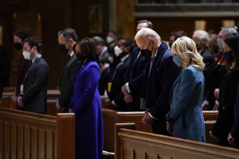 2021年1月20日,美國新任正副總統拜登與賀錦麗在天主教堂禱告(AP)