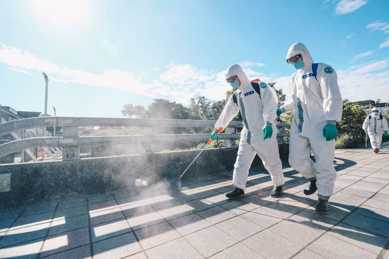 化學兵在部桃周邊鄰里消毒。(軍聞社)