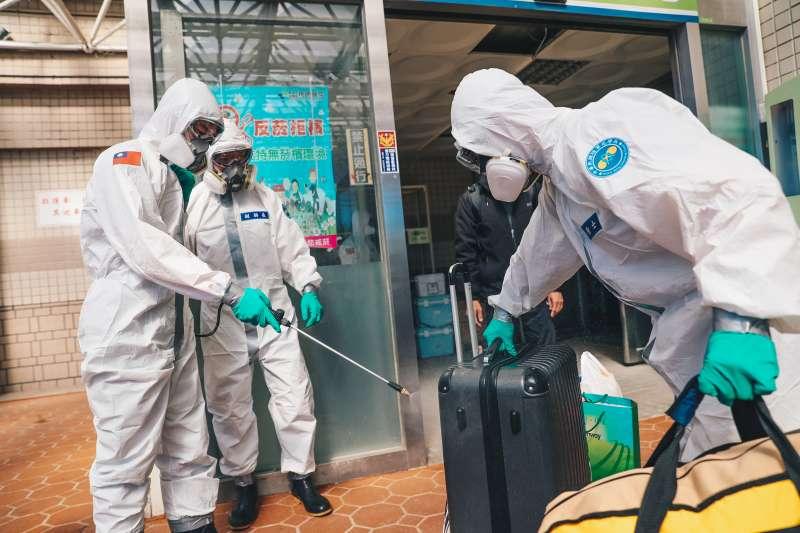 20210121-化學兵協助轉院病患行李消毒。(軍聞社)