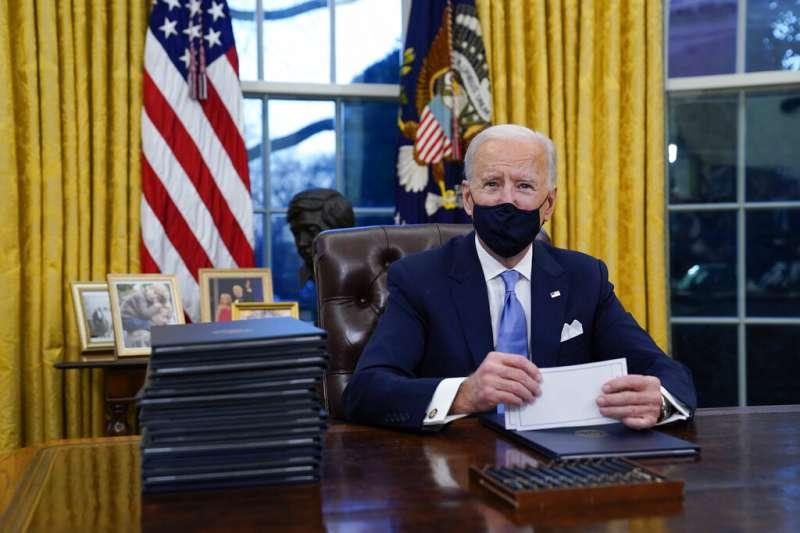2021年1月20日,拜登就任第46位美國總統後,立即在白宮的橢圓形辦公室簽署了第一份行政命令。(美聯社)