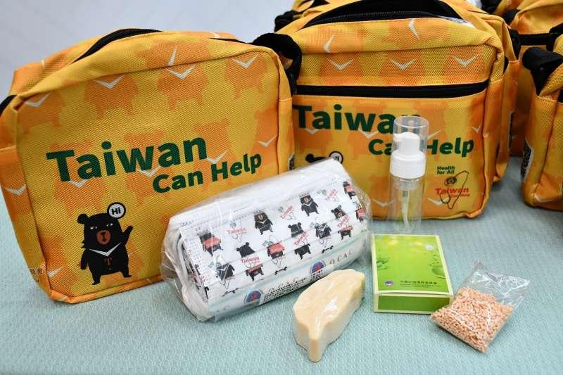 「防疫關懷包」以具台灣意象圖案為設計理念,印有台灣黑熊與「Taiwan Can Help」字樣的側背袋,內容物包含印有台灣黑熊及僑委會會徽的醫療口罩、台灣形象的手工米皂以及隨身洗手慕斯瓶與皂絲。(僑委會提供)