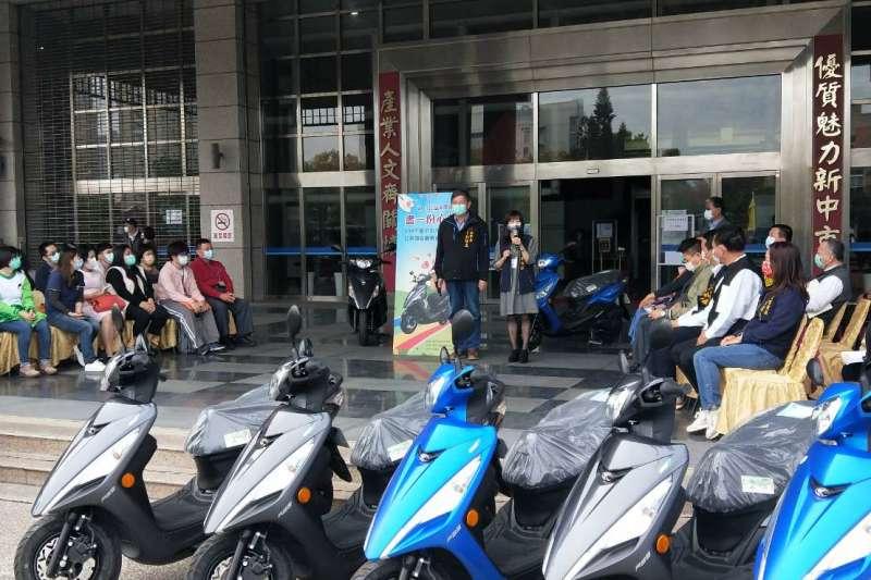 台中市政府社會局今日上午於陽明市政大樓舉行公務機車捐贈儀式。(圖/台中市政府提供)