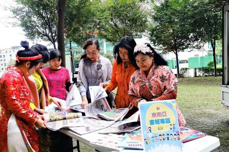 「東南亞閱讀」車上有6國書籍,讓新住民與移工朋友藉由閱讀家鄉文字紓解思鄉情懷。(圖/新北市立圖書館提供)